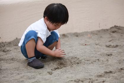 砂場で遊ぶ男の子