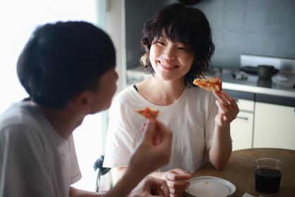 ピザを食べるカップル
