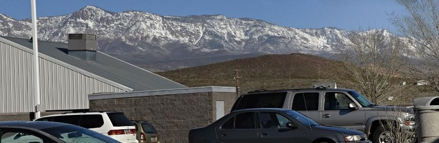 ドライブスルー店の後ろの山脈をパノラマ写真に