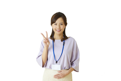ピースサインをする日本人女性