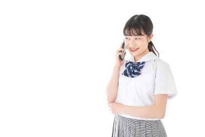 スマートフォンを使う若い女子学生