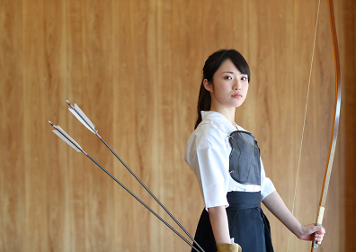 弓道をする日本人女性