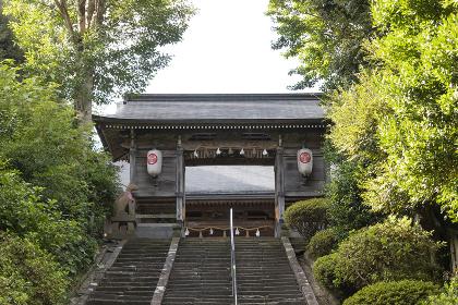 城山稲荷神社の隋神門と階段