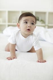 ベッドの上でハイハイする赤ちゃん