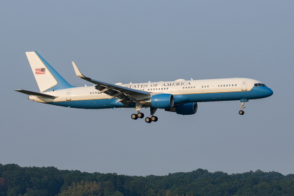 横田基地に着陸するアメリカ政府の要人が登場した航空機(福生市/東京)