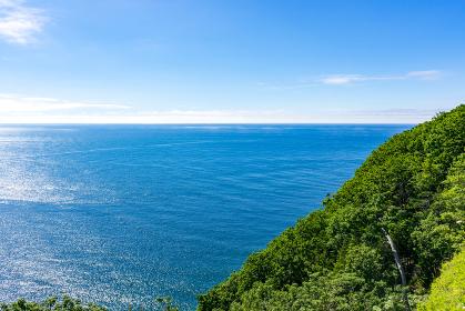 北海道 知床 プユニ岬付近よりウトロの海を望む