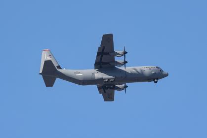 訓練飛行するアメリカ空軍のC-130Jスーパーハーキュリーズ(福生市・東京)