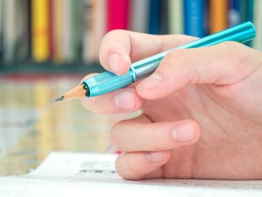 子供が自宅で学習するイメージ 中学生
