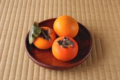木製の平皿に盛られた柿 5