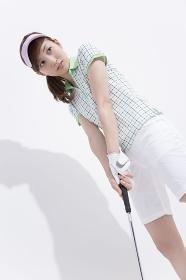 ゴルフクラブを構える女性