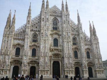 イタリア・ミラノ大聖堂にてドゥオーモの正面ファサード
