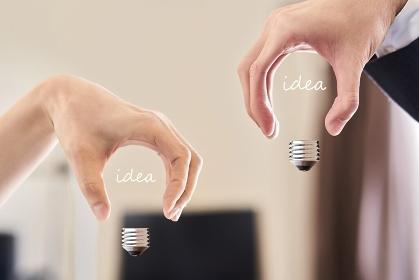 手で電球の形を作るアイデアのイメージ