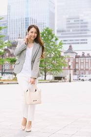 電話する女性 東京駅前