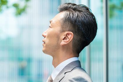 真剣な表情のビジネスマン