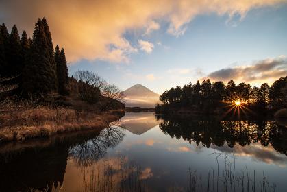 冬の夜明けの田貫湖と富士山 1月