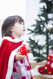 クリスマスのコスチュームを着る女の子