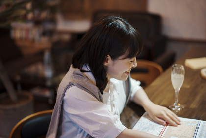 おしゃれな空間で、地図を見る若い女性