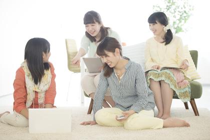 パソコンの画面を見る4人の女性