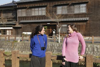 日本を旅する外国人の女の子