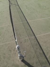 テニスコートのネットの影