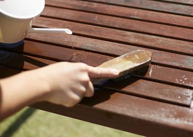 テーブルの汚れを取る日本人男性
