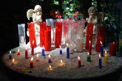 教会に飾られた天使とキャンドル