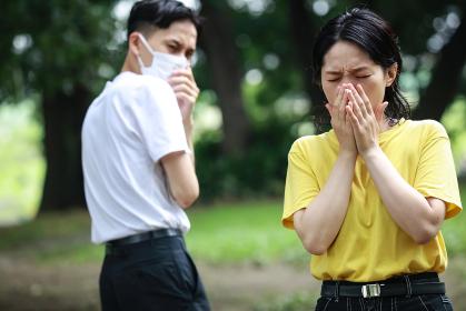 咳をする女性を嫌がる男性
