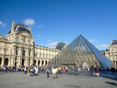 フランス・パリのルーブル美術館にてメインエントランス広場のルーヴルピラミッド