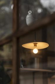 格子窓と裸電球