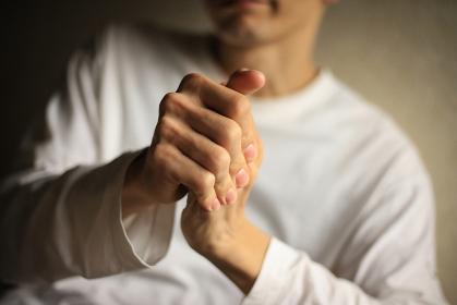 指を鳴らす男性