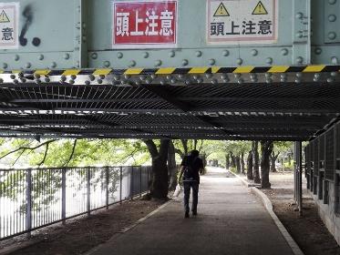鉄道の低いガード下