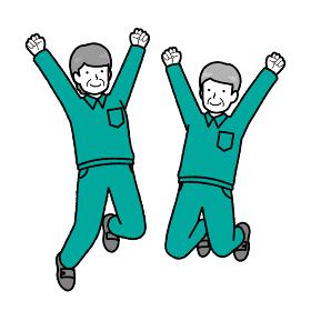 ジャンプする作業服を着たシニアスタッフ2人