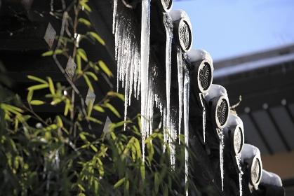 渋温泉の屋根に付いた氷柱