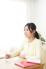 自宅で勉強をする若い女性