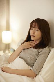 喉が痛い日本人女性