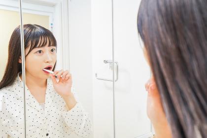 寝る前に歯磨きをする若い女性