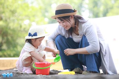 砂場で遊ぶ親子