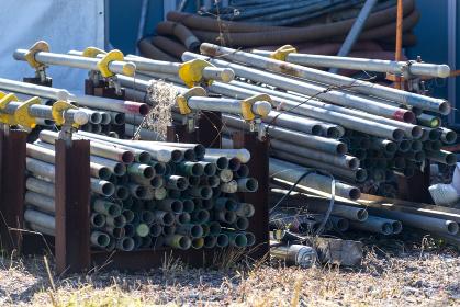 資材置き場 積み上げられた鉄パイプ