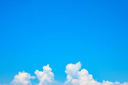 夏の爽やかな青空と白い雲