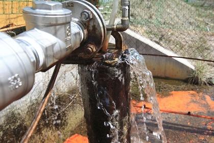 バルブから漏れる温泉の源泉
