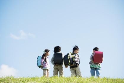 草原に並ぶ小学生の後姿