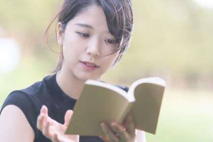 本を読む女子大生