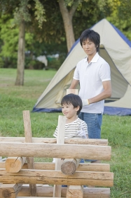 キャンプファイヤーの準備をする家族