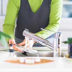 食器洗い 水仕事 シニア 女性 日本人