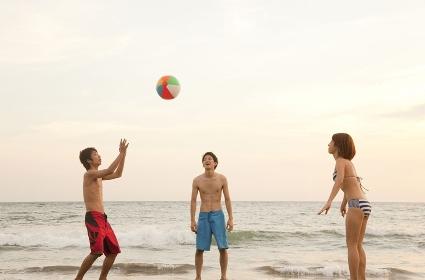 ビーチボールで遊ぶ男女