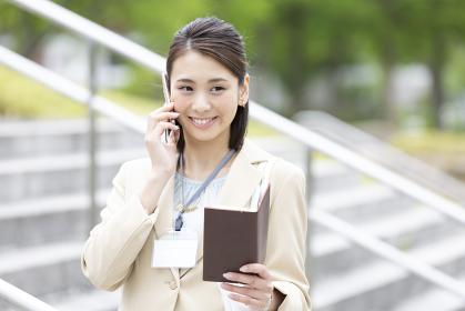 電話をする日本人のビジネス女性