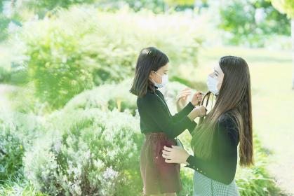 マスクをつけて公園で遊ぶ親子