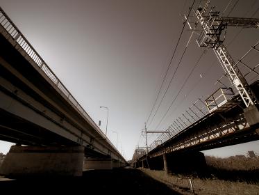 川を渡る鉄道橋と自動車橋
