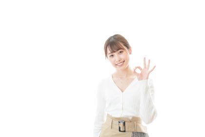 笑顔でOKサインを示す若い女性