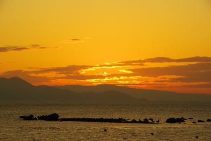 朝焼けの空と雲と有明海